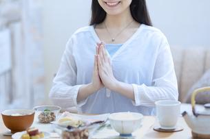 朝食を食べる女性の写真素材 [FYI04676058]