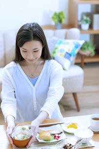 朝食を食べる女性の写真素材 [FYI04676059]