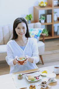 朝食を食べる女性の写真素材 [FYI04676061]