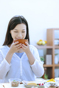 朝食を食べる女性の写真素材 [FYI04676062]