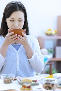 朝食を食べる女性の写真素材 [FYI04676063]