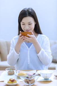 朝食を食べる女性の写真素材 [FYI04676064]