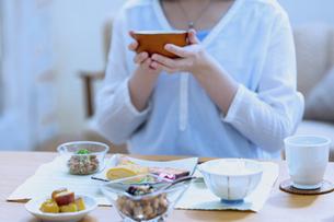 朝食を食べる女性の写真素材 [FYI04676066]