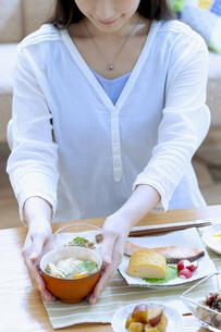 朝食を食べる女性の写真素材 [FYI04676068]