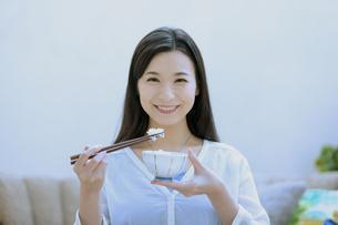 ご飯を食べる女性の写真素材 [FYI04676071]