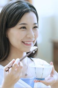 ご飯を食べる女性の写真素材 [FYI04676073]