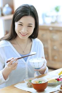 朝食を食べる女性の写真素材 [FYI04676075]
