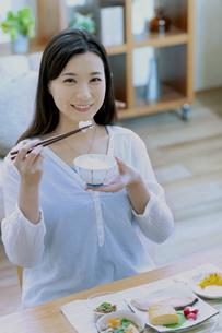 朝食を食べる女性の写真素材 [FYI04676076]