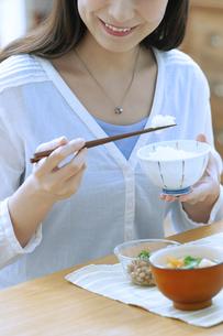 朝食を食べる女性の写真素材 [FYI04676077]