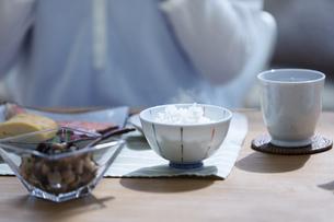 朝食を食べる女性の写真素材 [FYI04676078]
