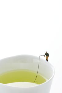 湯のみのフチで釣りをするミニチュアの写真素材 [FYI04676082]
