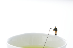 湯のみのフチで釣りをするミニチュアの写真素材 [FYI04676084]