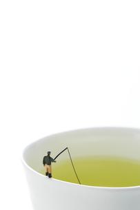 湯のみのフチで釣りをするミニチュアの写真素材 [FYI04676085]