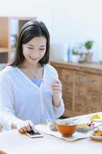 朝食を食べる女性の写真素材 [FYI04676089]
