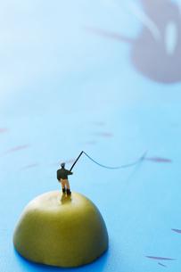 孤島で釣りをするミニチュアの写真素材 [FYI04676090]