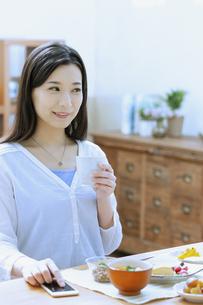 朝食を食べる女性の写真素材 [FYI04676091]