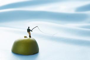 孤島で釣りをするミニチュアの写真素材 [FYI04676094]