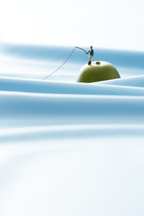 孤島で釣りをするミニチュアの写真素材 [FYI04676096]