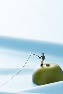 孤島で釣りをするミニチュアの写真素材 [FYI04676098]