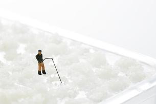 おろし器の上で釣りをするミニチュアの写真素材 [FYI04676101]