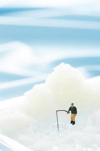 おろし器の上で釣りをするミニチュアの写真素材 [FYI04676103]