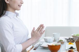 朝食を食べる女性の写真素材 [FYI04676106]