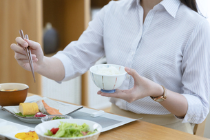 朝食を食べる女性の写真素材 [FYI04676108]