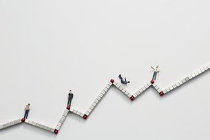ビジネスマンのミニチュアと並んだマグネットブロックの写真素材 [FYI04676150]
