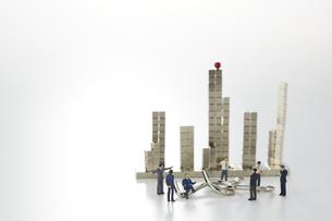 ミニチュア人形と知恵の輪とマグネットキューブで作られたビルの写真素材 [FYI04676173]