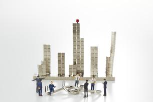 ミニチュア人形と知恵の輪とマグネットキューブで作られたビルの写真素材 [FYI04676175]