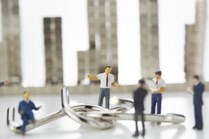 ミニチュア人形と知恵の輪とマグネットキューブで作られたビルの写真素材 [FYI04676176]