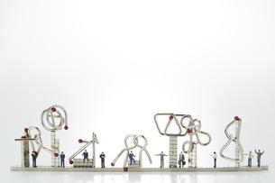 ミニチュア人形とマグネットキューブと知恵の輪の写真素材 [FYI04676177]