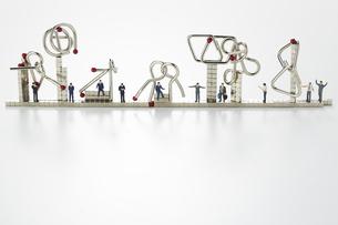 ミニチュア人形とマグネットキューブと知恵の輪の写真素材 [FYI04676178]