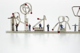 ミニチュア人形とマグネットキューブと知恵の輪の写真素材 [FYI04676179]