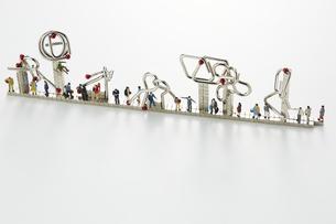 ミニチュア人形とマグネットキューブと知恵の輪の写真素材 [FYI04676182]