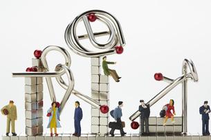 ミニチュア人形とマグネットキューブと知恵の輪の写真素材 [FYI04676185]