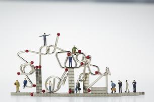ミニチュア人形とマグネットキューブと知恵の輪の写真素材 [FYI04676190]