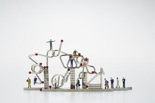 ミニチュア人形とマグネットキューブと知恵の輪の写真素材 [FYI04676191]
