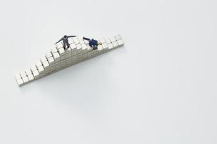 マグネットキューブとミニチュア人形の写真素材 [FYI04676213]