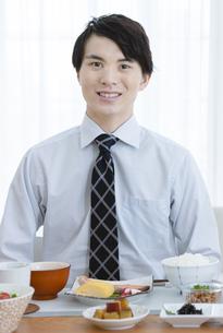 朝食を食べようとするビジネス男性の写真素材 [FYI04676250]