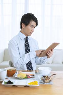 タブレットを操作するビジネス男性の写真素材 [FYI04676251]