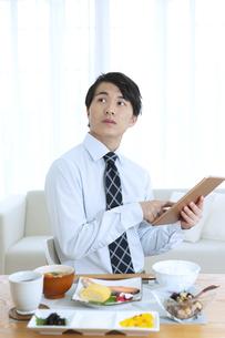 タブレットを操作するビジネス男性の写真素材 [FYI04676253]