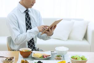 タブレットを操作するビジネス男性の写真素材 [FYI04676256]