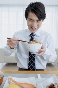 朝食を食べる男性の写真素材 [FYI04676262]