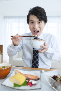 朝食を食べる男性の写真素材 [FYI04676264]