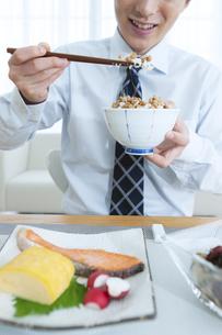 朝食を食べる男性の写真素材 [FYI04676266]