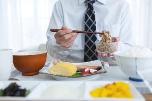 納豆をかき混ぜる男性の写真素材 [FYI04676268]