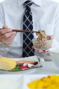 納豆をかき混ぜる男性の手元の写真素材 [FYI04676270]