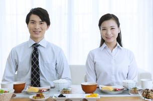 朝食を食べる夫婦の写真素材 [FYI04676273]