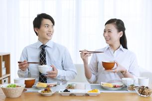 朝食を食べる夫婦の写真素材 [FYI04676276]